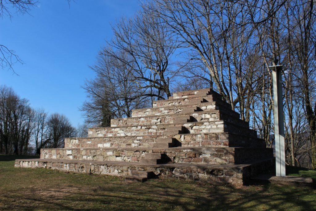 pyramide de la paix et colombe Le Corbusier Ronchamp